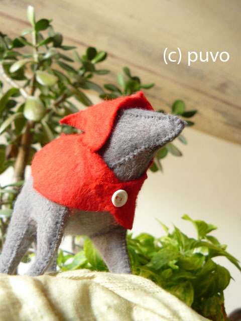 Filzwolf mit Rotkäppchen-Cape / puvo productions