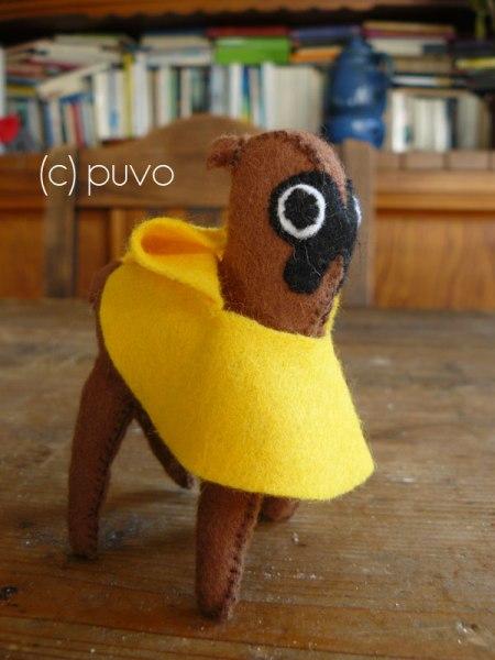Boxer mit Regencape aus Filz. Design von puvo productions.